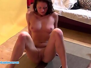 Flexible cougar gets fingered, licked and gives blowjob